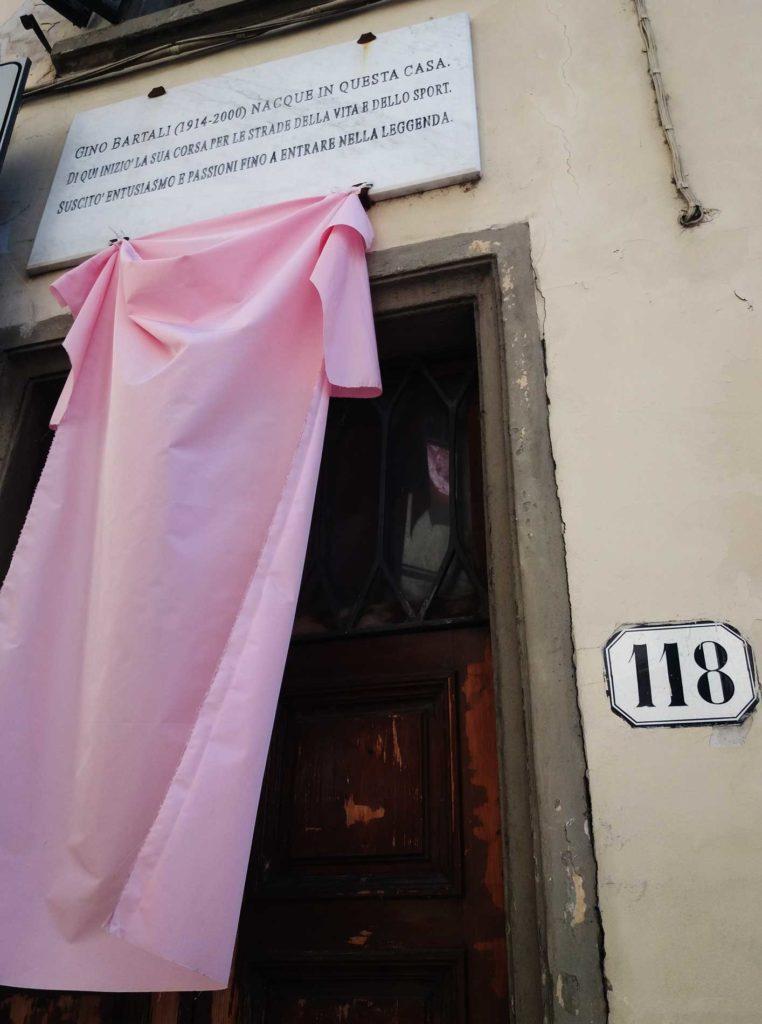 la-casa-natale-di-Bartali-addobbata-per-il-Giro-dItalia-762x1024