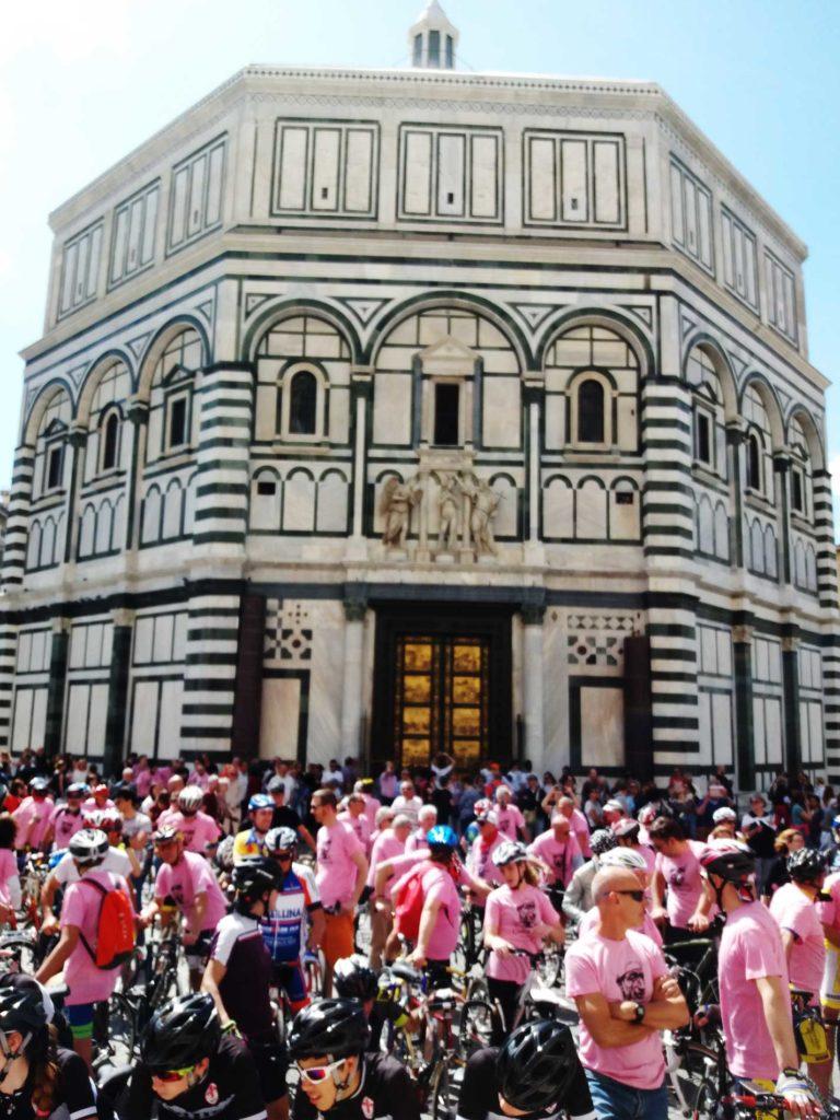 partecipanti-alla-Staffetta-Bartali-di-fronte-al-Battistero-di-S.Giovanni-768x1024