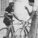 Giulio-Bartali-e-Gino-Bartali-si-scambiano-una-battuta-davanti-alla-bicicletta-150x150