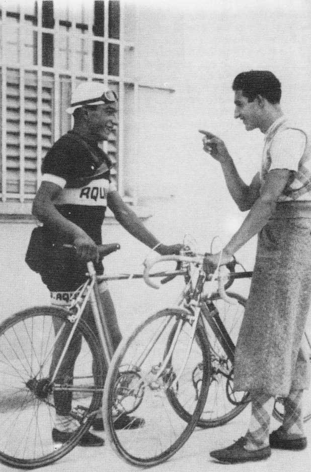 Giulio-Bartali-e-Gino-Bartali-si-scambiano-una-battuta-davanti-alla-bicicletta