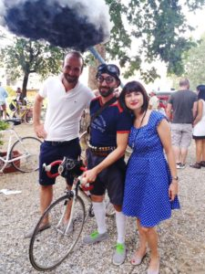 Assessore-allo-sport-Lisa-Bartali-e-il-concorrente-premio-alla-miglior-bicicletta-225x300