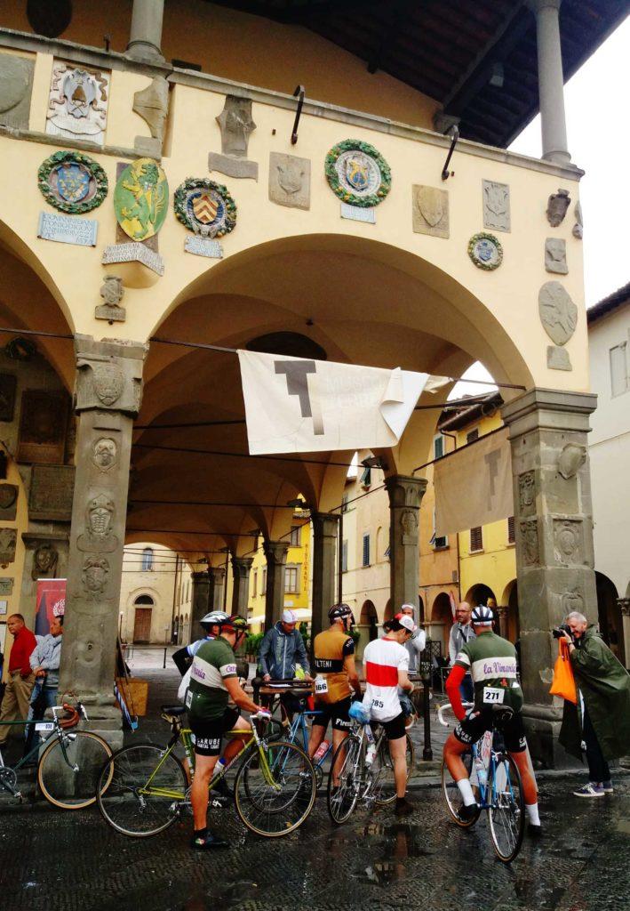 ciclostorici-radunati-davanti-al-palazzo-del-Comune-709x1024