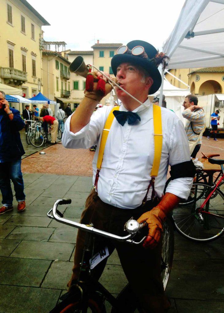 ciclostorico-dal-look-vintage-suona-il-corno-da-caccia-alla-volpe-731x1024
