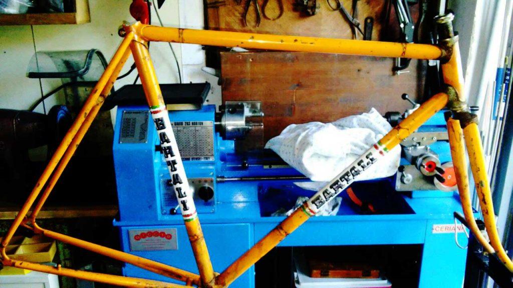 telaio-bicicletta-Bartali-durante-il-restauro-1024x576