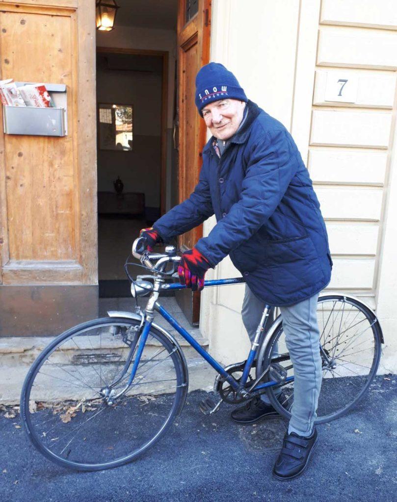 Bruno-Giannelli-sulla-sua-bicicletta-809x1024