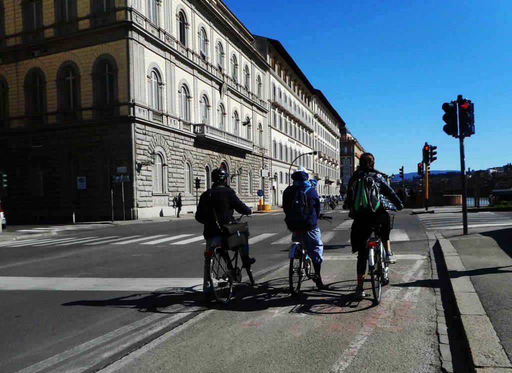 Suora-e-cittadini-in-bicicletta-1024x746