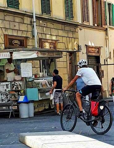 ciclista-firenze-piazza-santo-spirito