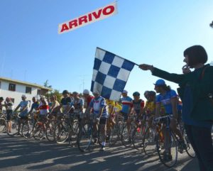 La-Certosina-start-con-bandiera-di-Bartali-300x241