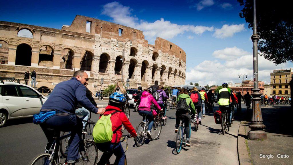 in-bicicletta-al-Colosseo-Roma-1024x576