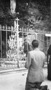 Gino-Bartali-in-preghieraa-Lourdes-archivio-fam--173x300
