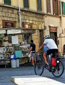 ciclista-firenze-piazza-santo-spirito-231x300